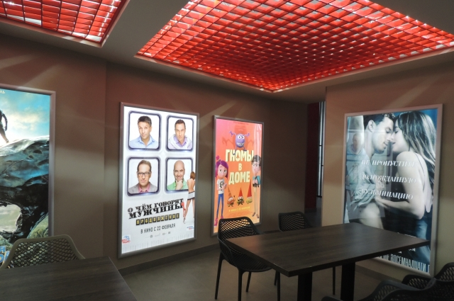 В интерьере кинотеатра много революционно-красной отделки.