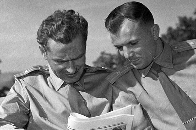 Космонавты Герман Титов и Юрий Гагарин, 1965 г.