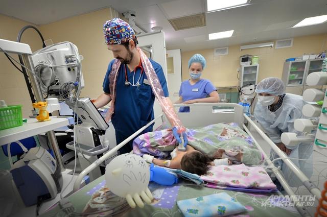 Детей спасают врачи и современное медицинское оборудование.