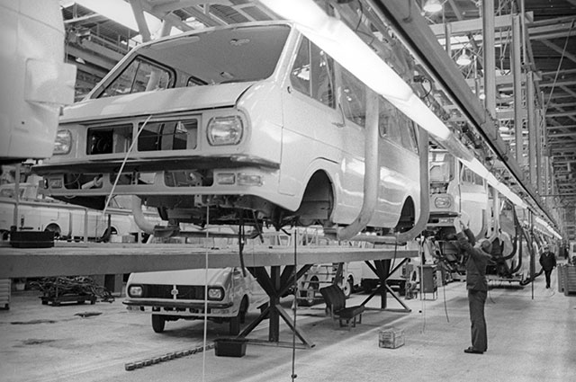 Главный сборочный конвейер производственного объединения «РАФ». Латвийская ССР, 1977 г.