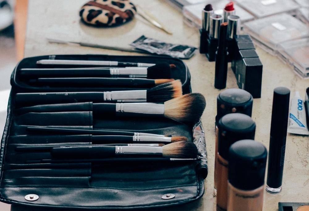 Ученики студии учатся работать с люксовой косметикой.