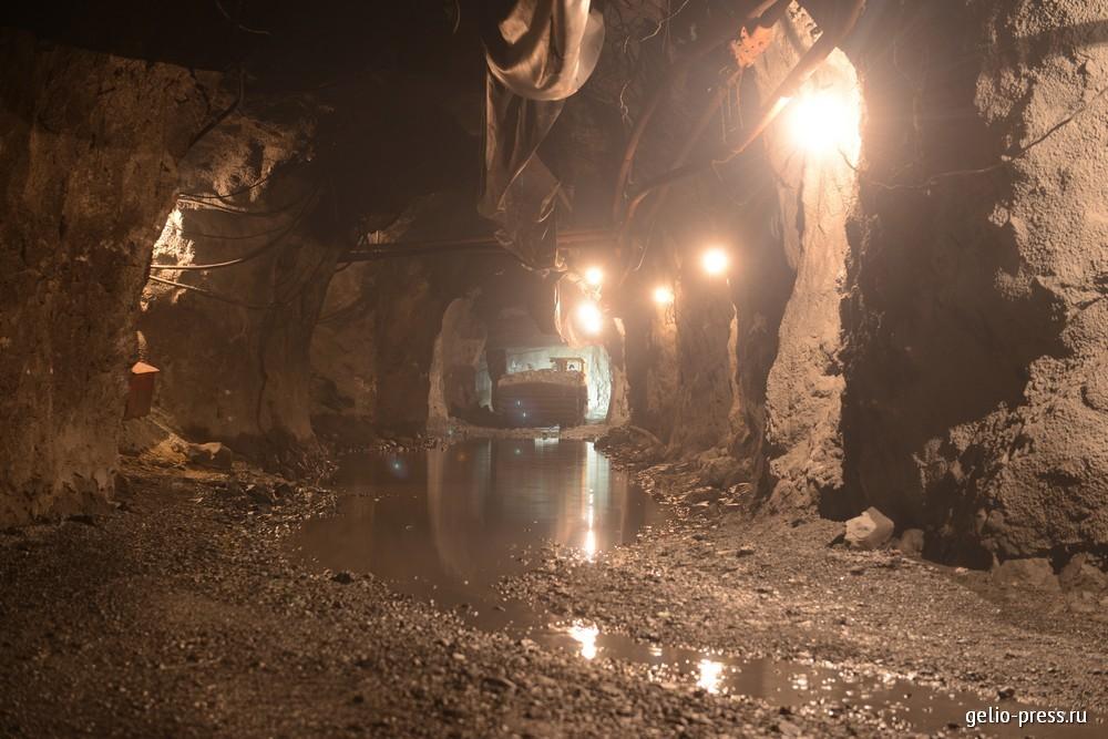 В подземном руднике.