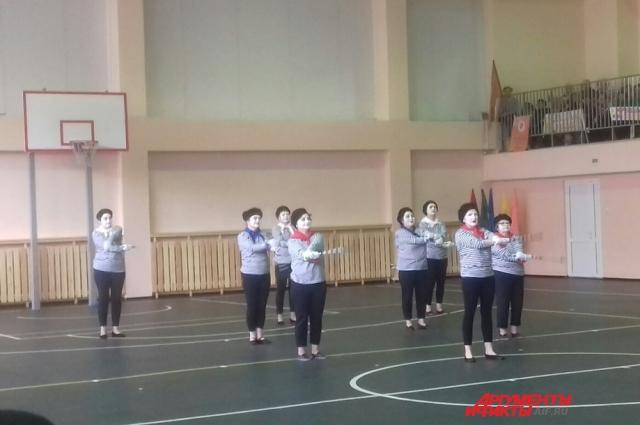 Упражнения с тростью участники показали, облачившись в известного персонажа пантомимы – Пьеро.