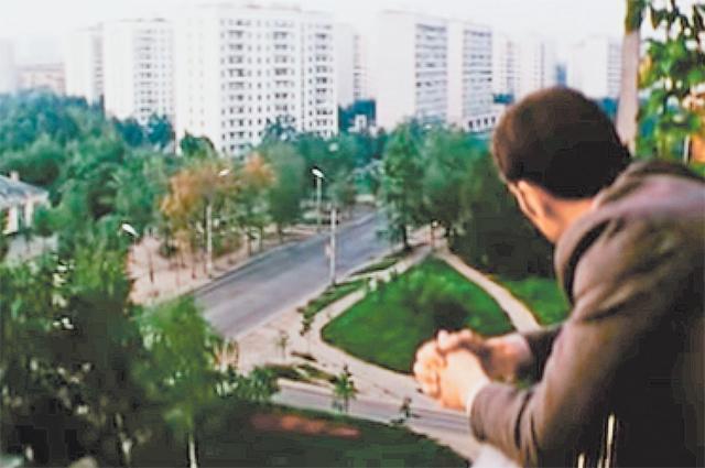 Герой фильма «Город принял» осматривает окрестности сбалкона дома наул. Свободы («Мосфильм»).