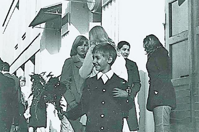 «Яучился вобручевской школе №9, любимой учительницей была Светлана Иосифовна Рукавишникова»,– вспоминает рок-певец.