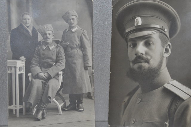 На фото Алексей Мозер в центре. Рядом стоит его денщик.