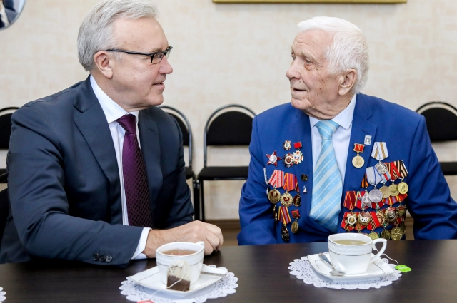 Губернатор встретился с ветераном Алексеем Самохиным.