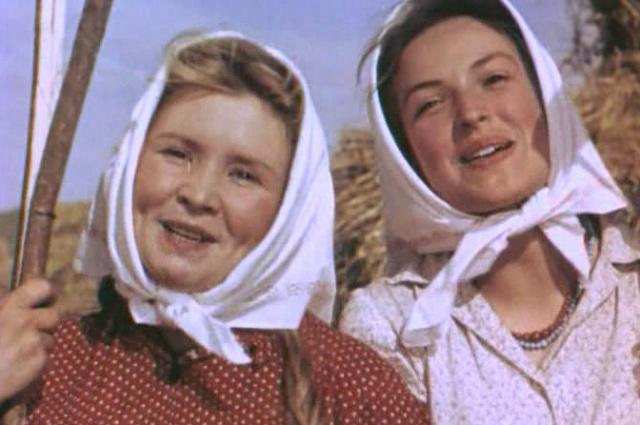 Клара Лучко (справа). Кадр из фильма «Кубанские казаки» (1949)