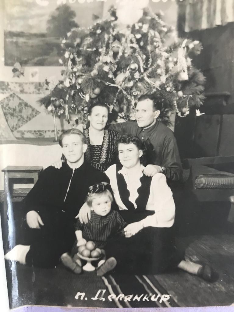 На этом фото Эмма и Пауль Мильц с детьми и внучкой. Первое совместное Рождество после 14 лет разлуки, 1952 год.