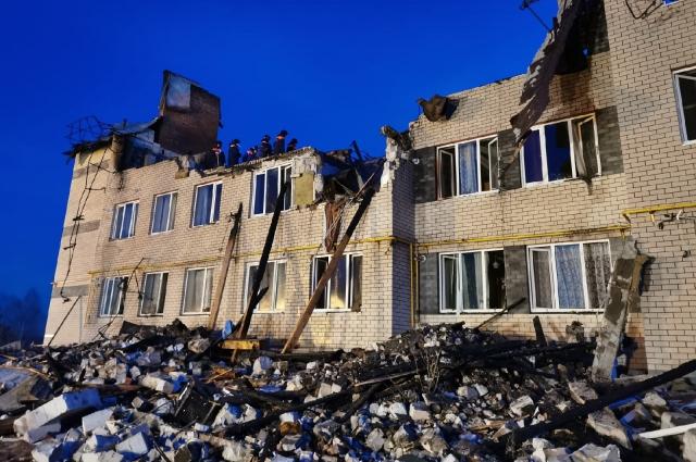 Обрушилась центральная часть здания.