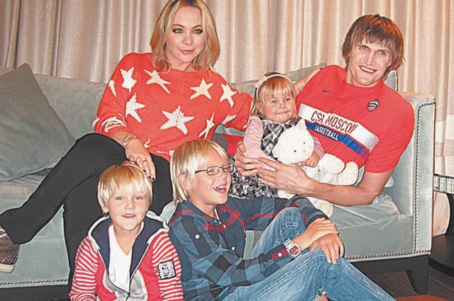 На этой семейной фотографии не хватает только Андрея, который родился в феврале