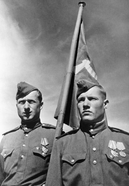 Михаил Егоров (справа) и Мелитон Кантария, водрузившие Знамя Победы над берлинским Рейхстагом в мае 1945 года