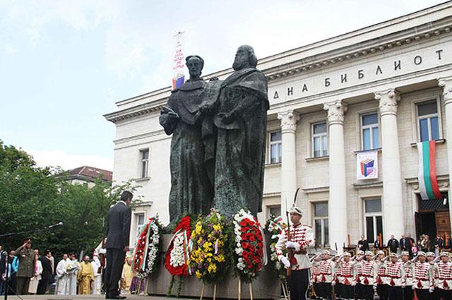 Кирилла и Мефодия до сих пор почитают в Болгарии. На фото президент Болгарии Георгий Пырванов у памятника составителям славянской азбуки в Софии, 24 мая 2010 года