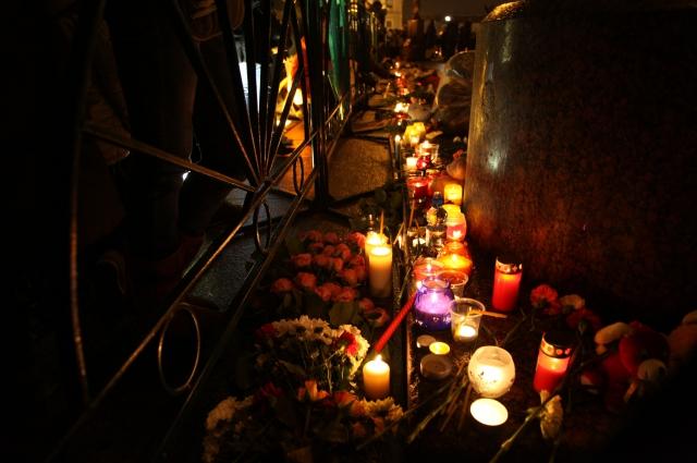 Люди зажгли свечи в память о погибших