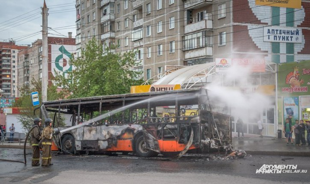 Пламя практически полностью уничтожило автобус.