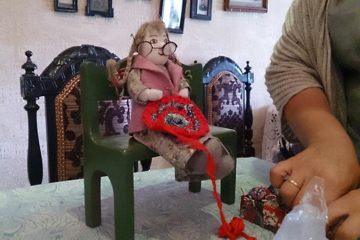 Девочка на скамейке - автопортрет мастерицы Вересовой. Так ей вспоминается момент, когда она впервые взялась за рукоделие.