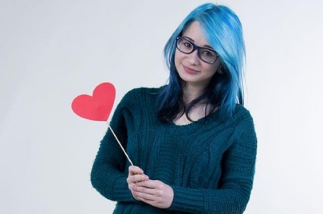 Волосы в яркий цвет лучше покрасить после выпускного или на летних каникулах.