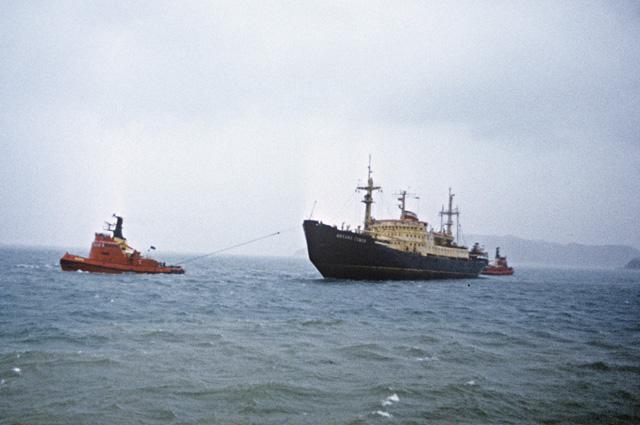 «Михаил Сомов» вовремя швартовки воВладивостокском порту.