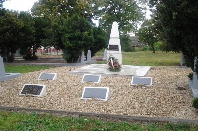 Братская могила советских воинов в посёлке Перката.
