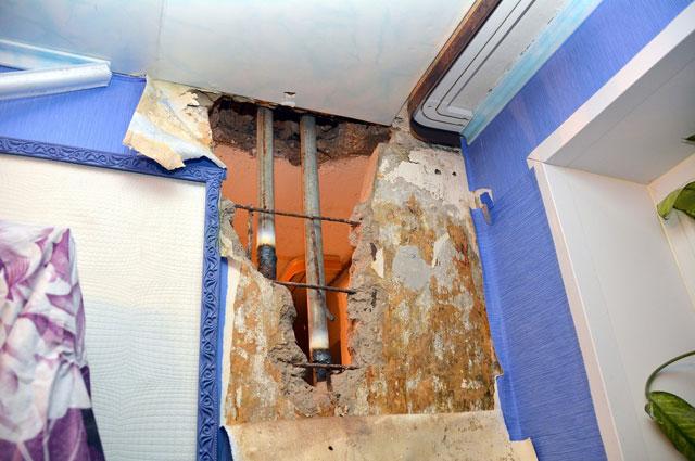 Через дыры в стенах можно знакомиться с соседями.