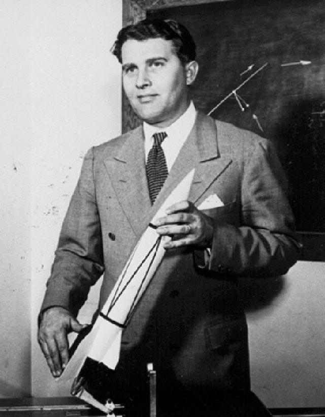 Вернер фон Браун держит в руках модель Фау-2.