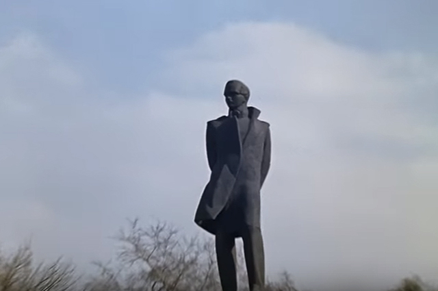 «мужик в пиджаке» - памятник Михаилу Лермонтову.