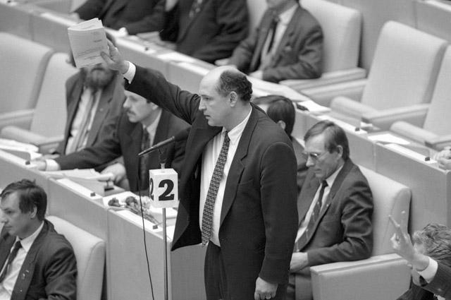 Депутат Артем Тарасов выступает на заседании ГД ФС РФ. 1994 г.