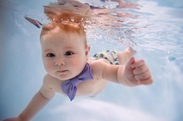 Малыш учится задерживать дыхание в воде, его лёгкие развиваются более полноценно.
