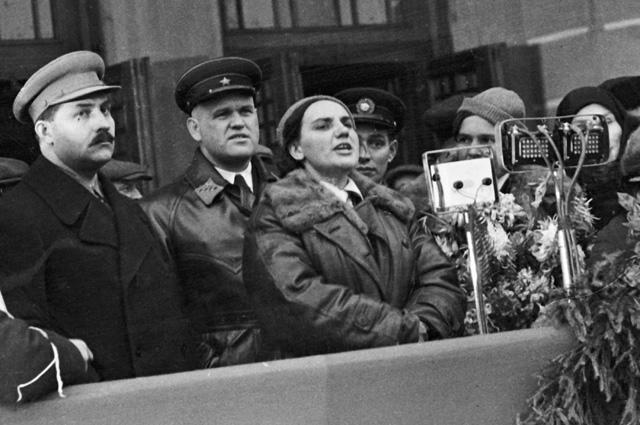 Валентина Гризодубова произносит речь на митинге, посвященном встрече на Белорусском вокзале участниц перелета Москва - Дальний Восток.