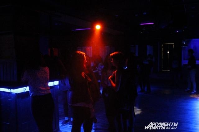 Около полуночи посетителей в клубе ещё не очень много, но чем позднее, тем больше гостей