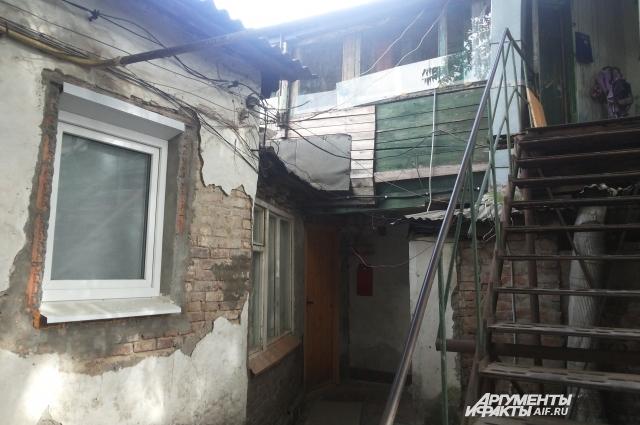 Так выглядит двор внутри дома, признанного объектом культурного наследия.