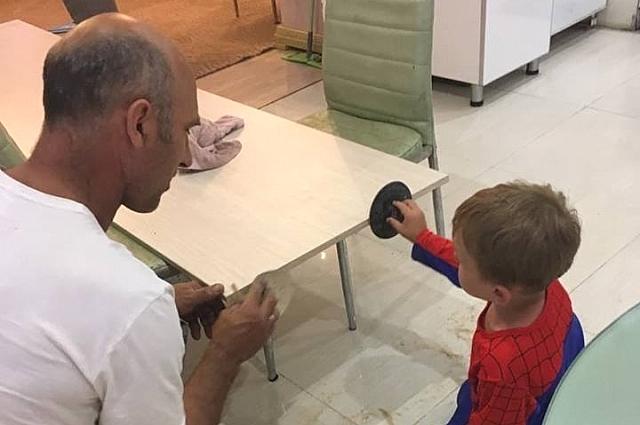 К трудолюбию своих сыновей Александр Талько приучает собственным примером.