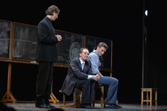 В спектакле заняты выпускники «Первой студии» театра имени Вахтангова.