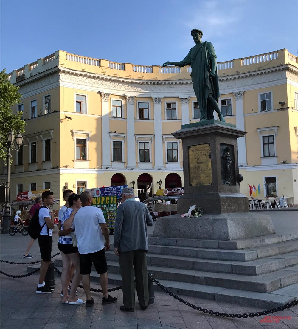 Граждан РФ среди туристов у памятника первому гра- доначальнику Дюку де Ришелье стало гораздо меньше.