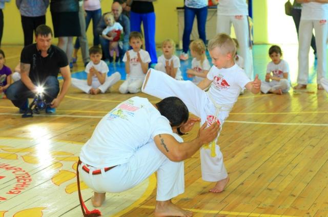 В капоэйре дети на равных играют с опытными бойцами