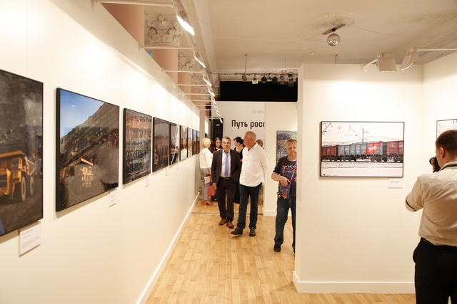 Сергей Гармаш с интересом осмотрел выставку.