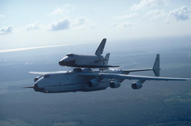 Самолет Ан-225 «Мрия» смногоразовым космическим кораблем «Буран» навнешней подвеске вовремя перелета скосмодрома Байконур вКиев, чтобы далее отправиться намеждународный авиакосмический салон вЛеБурже (Франция). 1989 г.