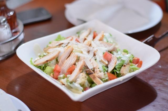 В салат можно добавить помидоры и куриное мясо.