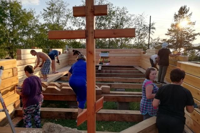 Кроме основной творческой деятельности ансамбль восстанавливает сельскую церковь Покрова Пресвятой Богородицы.