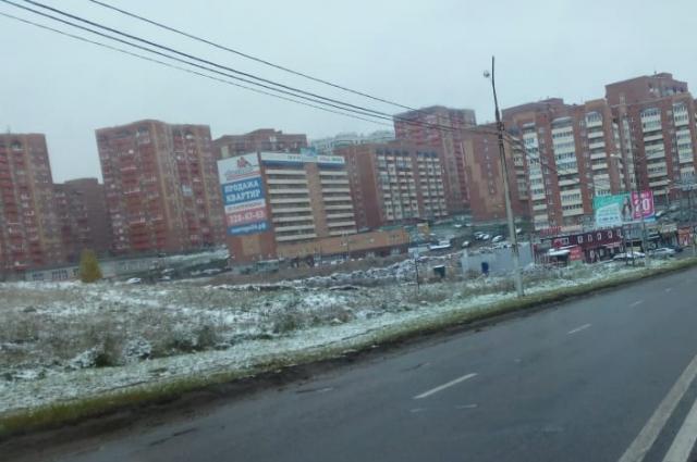 В Красноярске в некоторых районах тоже шел снег.