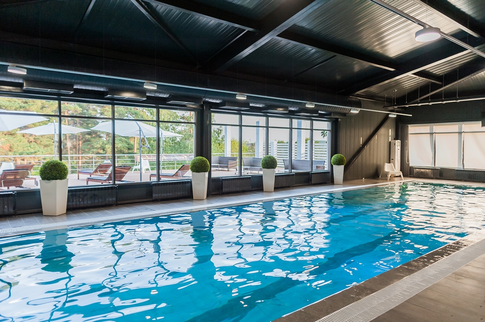 На территории резиденции есть свой бассейн.