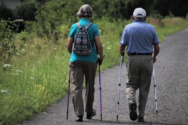 Улучшат кровообращение пешие прогулки, скандинавская ходьба.
