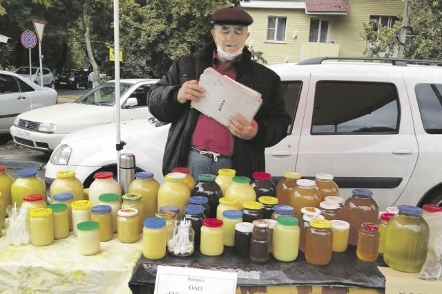 Мёд на ярмарках только натуральный, впрочем, можно попробовать прямо у прилавка.
