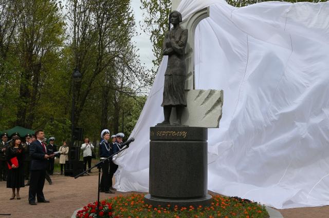 Памятник Берггольц Петербург поставил в мае 2015 года.