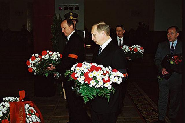 Владимир Путин и Николай Патрушев на похоронах Г. А. Угрюмова