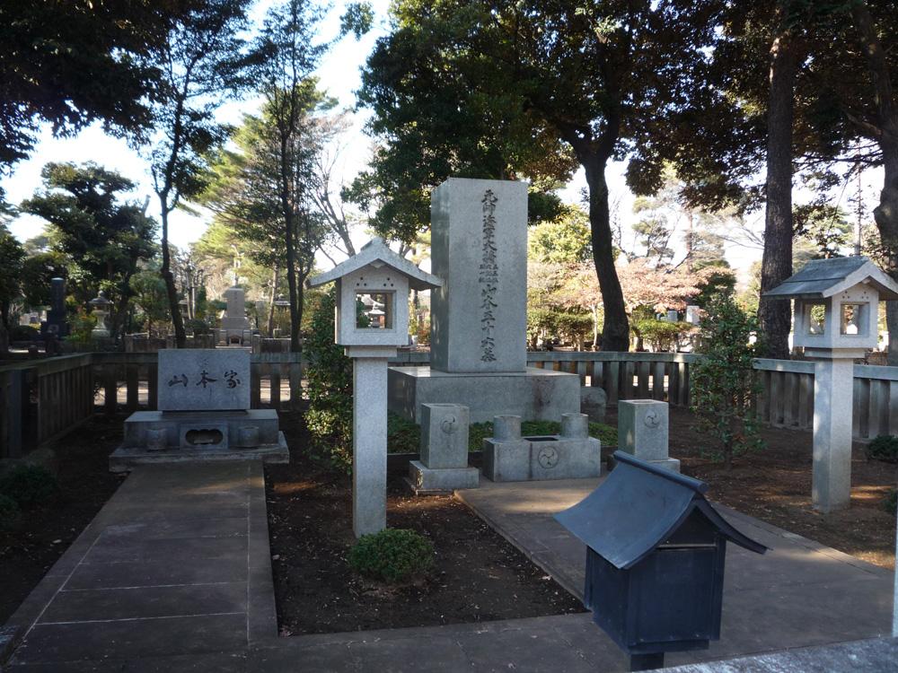 Могила Исороку Ямамато в Токио.
