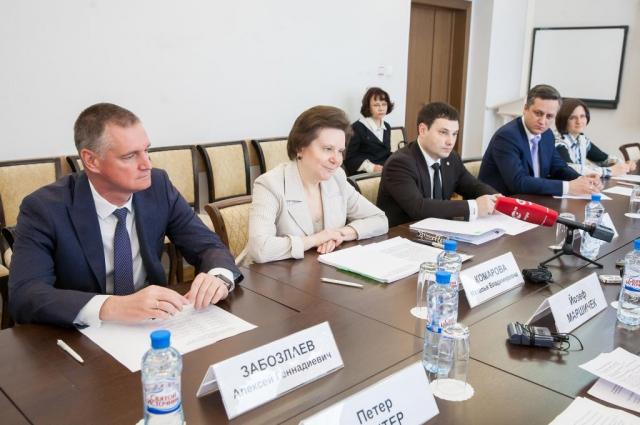 Наталья Комарова на переговорах с генконсулом Чехии.