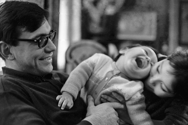 Андрей Михалков-Кончаловский  с женой киноактрисой Натальей Аринбасаровой и сыном Егором, 1967 год.