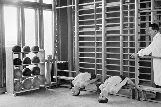 Занятия лечебной физкультурой (ЛФК) в Государственном центральном институте курортологии. Москва, 1955 год.