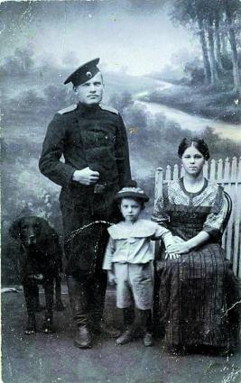 В военные годы крой костюмов стал упрощаться.